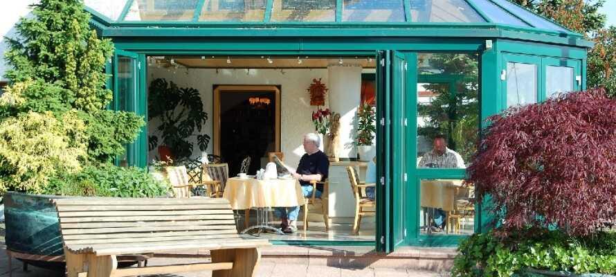 Hotellet tilbyder en hyggelig vinterhave og terrasse, hvor I kan slappe af og nyde en forfriskning, hvis vejret tillader det.
