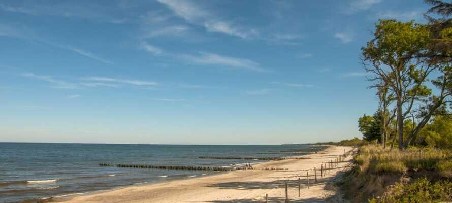Plantschen Sie im Meer oder spazieren Sie entlang dem Strand, der nur 700 Meter vom Hotel entfernt ist.
