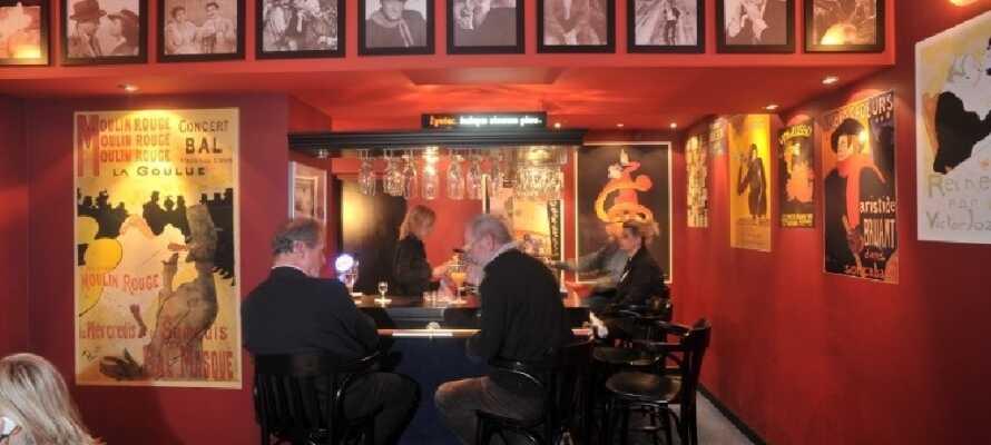 Hotellet har både restaurang, bar och café. Koppla av med en god drink som avslutning på dagen.