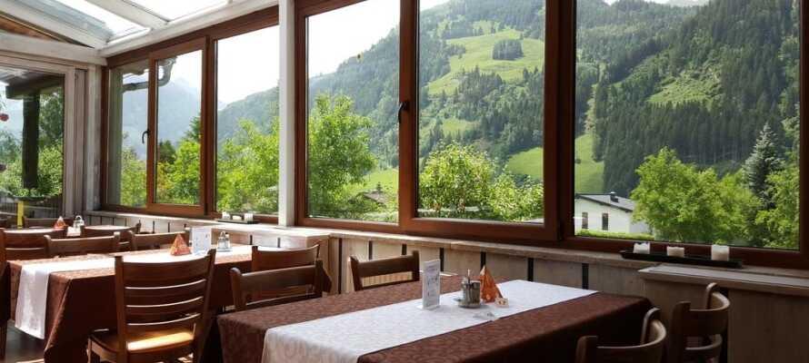 Hotellet restaurant serverer både østrigske og internationale retter.