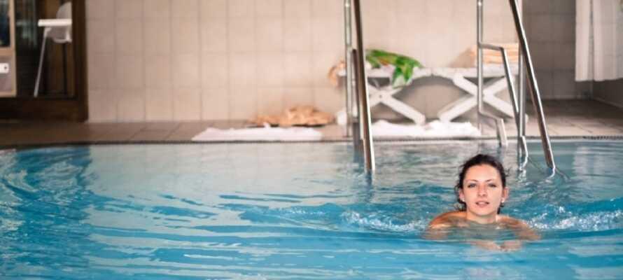 På hotellet er det et innendørs svømmebasseng, badstue, bordtennis, squash, så dere kommer ikke til å kjede dere.