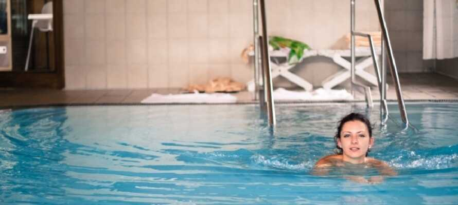 På hotellet er der indendørs pool, sauna, bordtennis, squash, så I ikke kommer til at kede jer.