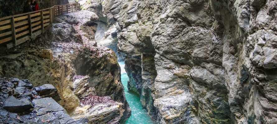 En af alpernes dybeste og længste slugter, hvor imponerende mængder vand vælter igennem.