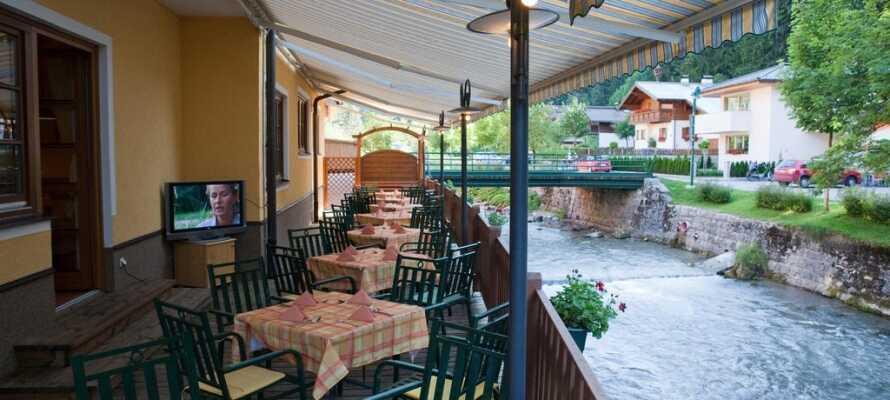 På hotellets terrasse kan I nyde forfriskninger og nyde hotellets beliggenhed lige ned til floden.