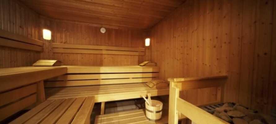 Efter en skøn dag kan I tage tilbage og slappe af i hotellets sauna eller bar.
