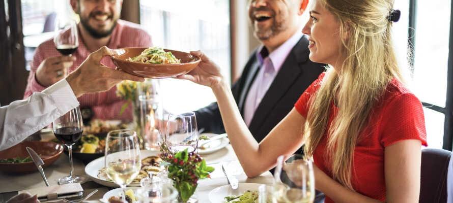I kan bestille aftensmad i hotellets Restaurant Julius, men Berlin har mange spisekort oppe i ærmet, også tæt på hotellet.