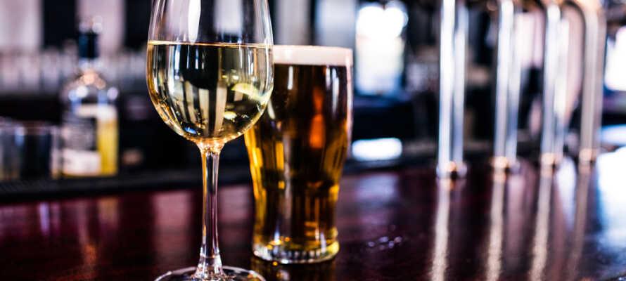 Drick ett glas vin eller ta en öl i Bar Berlin eller hotellets sommarträdgård