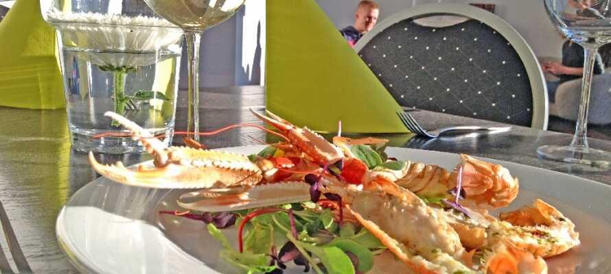 Den hyggelige restaurant byder på smagsoplevelser som kan nydes i skønne omgivelser med pejs og barhjørne.