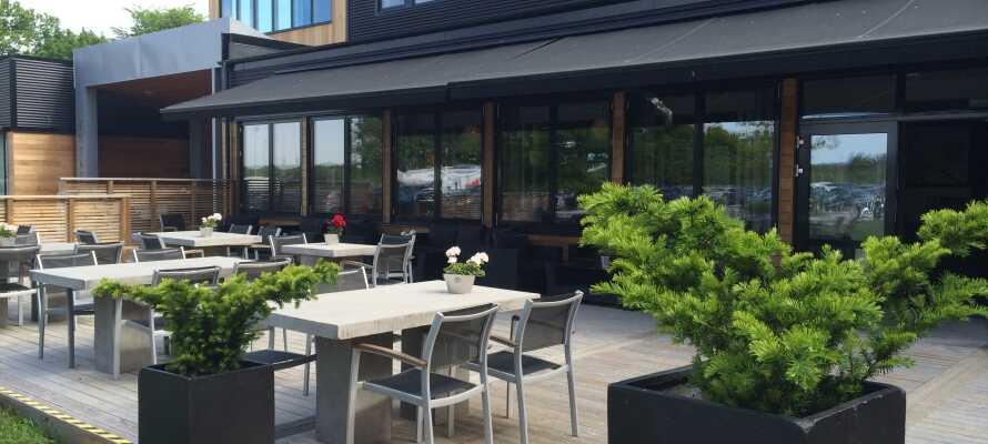 Når vejret er godt kan I nyde solens stråler på hotellets dejlige terrasse.