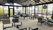 Der er en skøn terrasse, hvor det er oplagt at nyde solen og slappe af.