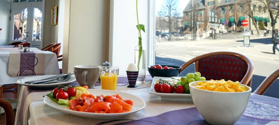 Varje morgon serveras en god frukost på hotellet.