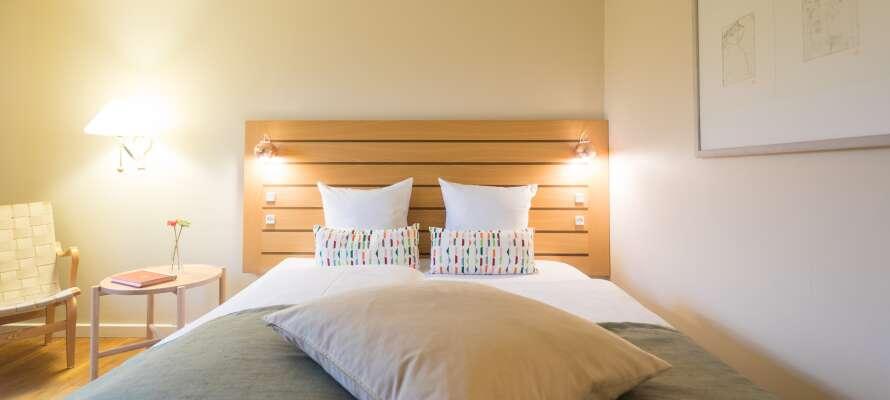 Hotellet är svanemärkt och erbjuder bekväma och inbjudande rum, med möjlighet för uppgradering.