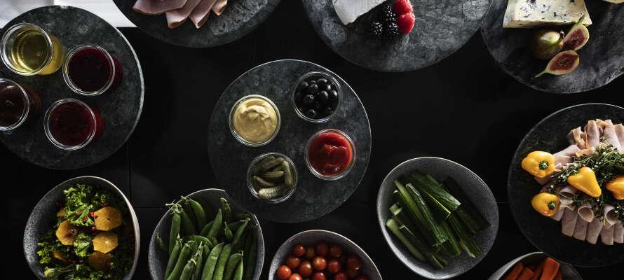 Avnjut god mat och dryck på hotellet, vars kök har en egen trädgård med färska grönsaker.