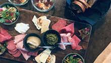 Välj bland spännande rätter, såsom tapas.
