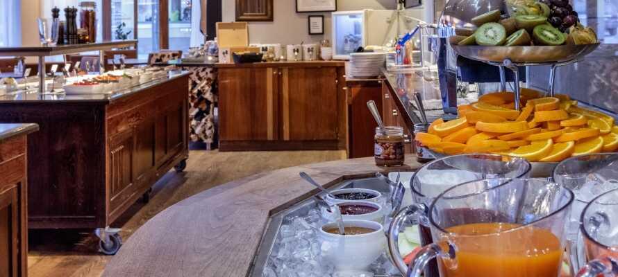 Start dagen med en herlig og varieret morgenbuffet, som serveres i hotellets nydelige omgivelser.