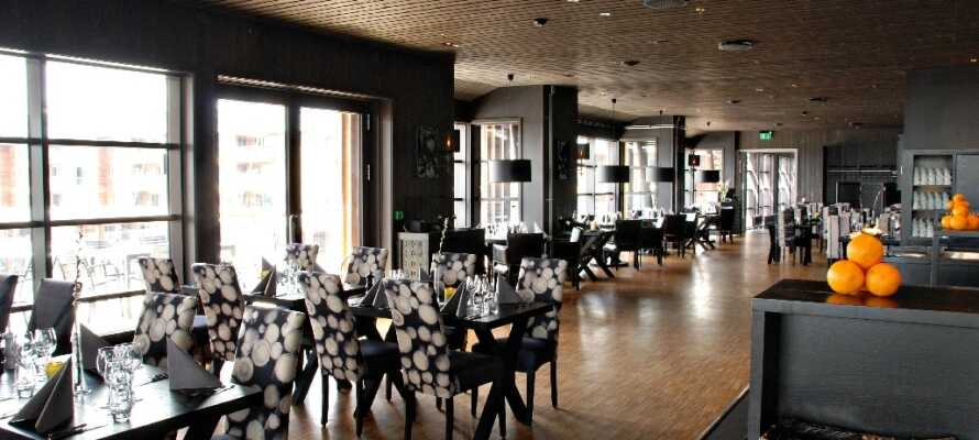 Njut av en god middag i hotellets restaurang efter en upplevelserik dag.