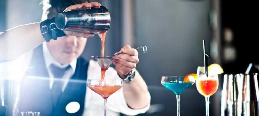 Am Abend nach viel Aktivität können Sie in der Hotelbar einen Drink geniessen