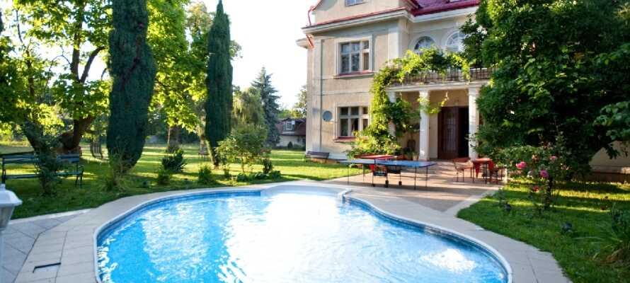 Hotellet ligger i rolige omgivelser i udkanten og Prag og byder på udendørs swimming pool og wellnessfaciliteter.
