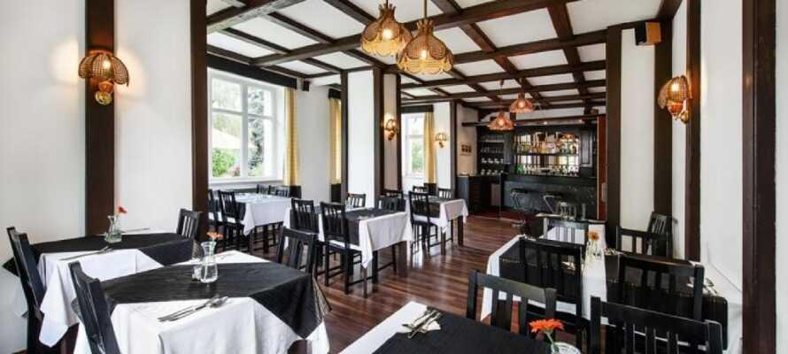 På kvällen serveras middag i hotellrestaurangen. Till maten kan ni ta ett glas vin eller prova det berömda tjeckiska ölet.