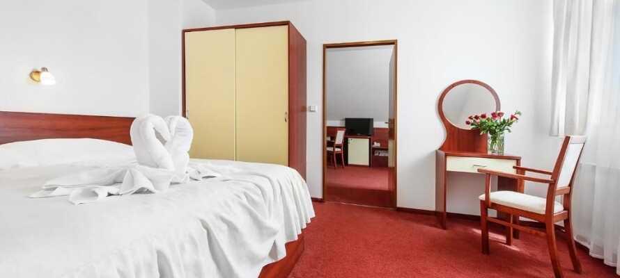 Njut av en god natts sömn i ett av hotellets mysiga rum.