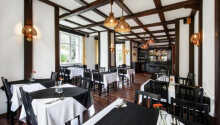 Ät middag i restaurangen och ta ett glas vin eller prova det berömda tjeckiska ölet.