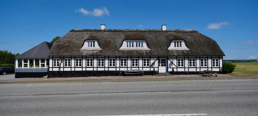 Kroen ligger i landlige omgivelser, 10 km fra Århus Centrum og er indrettet i en historisk bygning fyldt med charme
