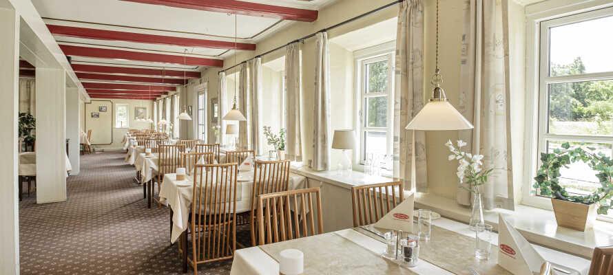 I kan spise middag i den hyggelige krostue eller nyde en kop kaffe og det gode vejr på terrassen.