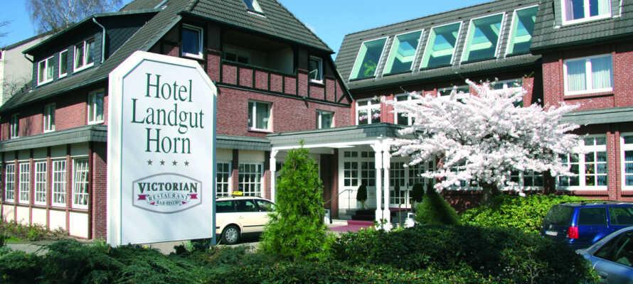 Hotellet är 4-stjärnigt och ligger lugnt beläget i lantliga omgivningar inte långt från Bremen