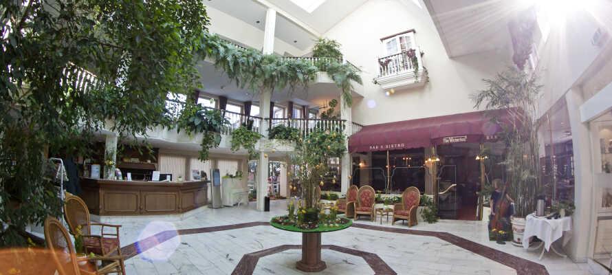 Hotellet præges af smuk arkitektur og masser af grønne indslag, både inde og ude.