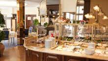 Varje morgon serverar hotellet en härlig frukost i de ljusa omgivningarna