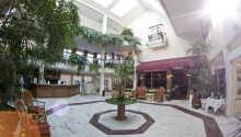 Hotellet præges af smuk arkitektur og grønne indslag overalt.