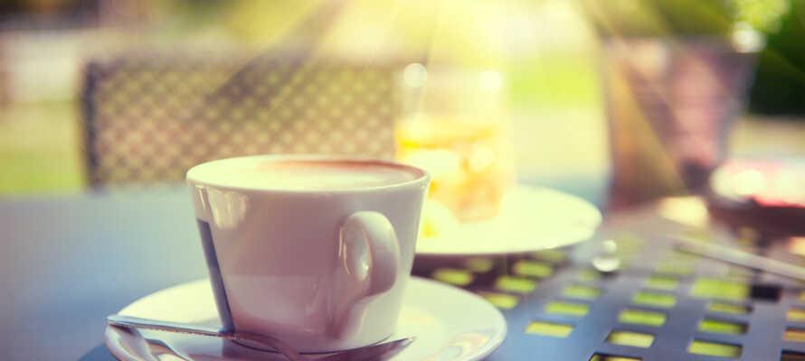 Nyd en kop gratis kaffe i hotellets gårdhave eller på haveterrassen.