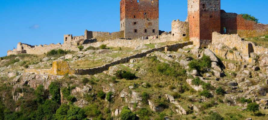 Oplev Bornholms spændende vartegn og seværdigheder. Tag f.eks. en kort tur til Hammershus, Nordeuropas største slotsruin.