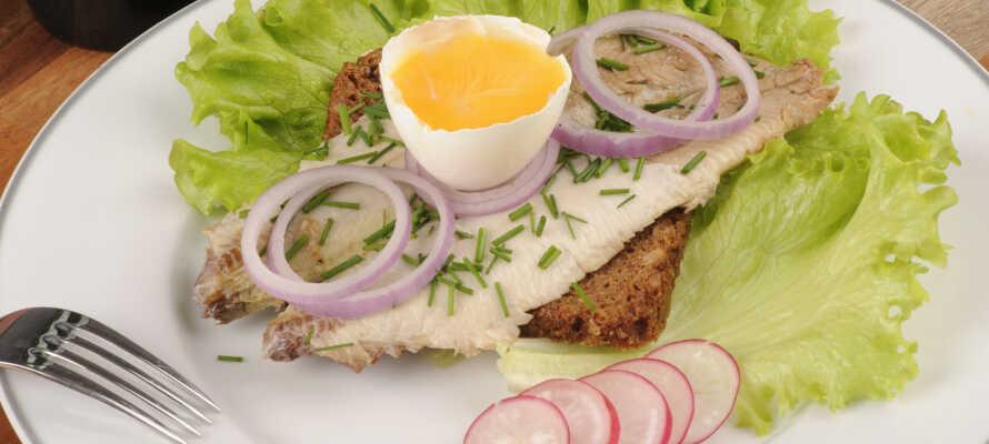 Abends werden im gemütlichen Restaurant klassische dänische Gerichte serviert, entweder in Form eines Buffets oder eines 2-Gänge-Menüs.
