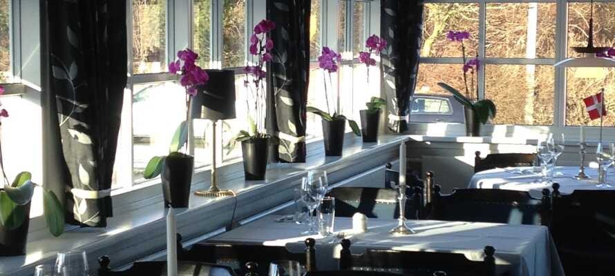 Der serveres dejlige klassiske danske kroretter i den indbydende restaurant.
