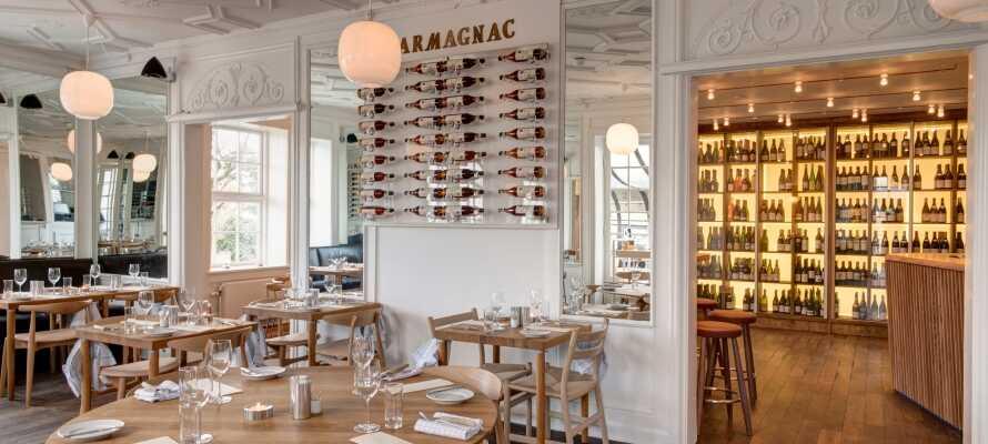 I hotellets lyse restaurant serveres retter med et snert af fransk og dansk gastronomi.