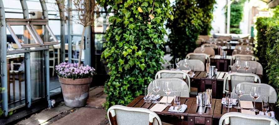 Når vejret er godt, kan I spise på terrassen, hvor I bliver forkælet med lækre retter