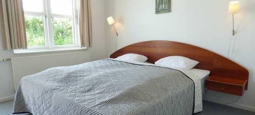 De lyse værelser skaber en god base for jeres ophold i Østjylland