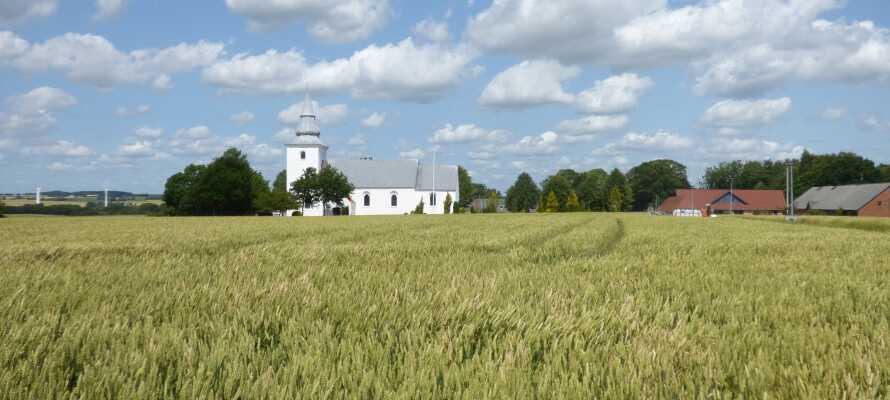 Kroen ligger tæt på den lille by Korning og området byder på gode cykel-og vandrestier samt flere golfbaner.
