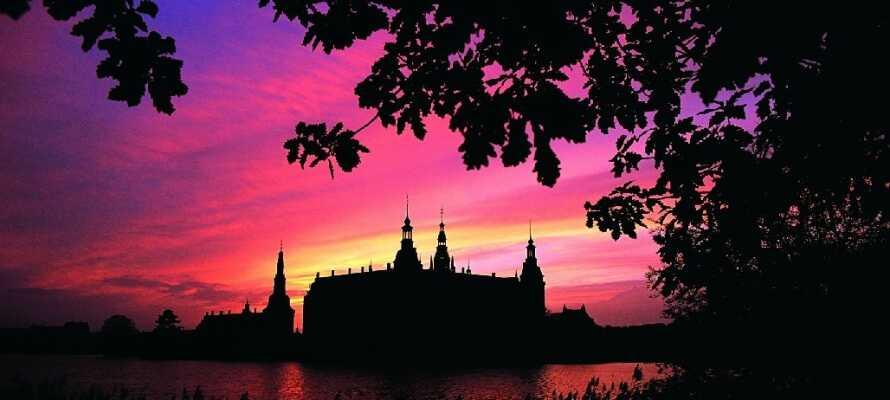 Kør en tur til det smukke Frederiksborg Slot, som ligger kun 20 km fra hotellet
