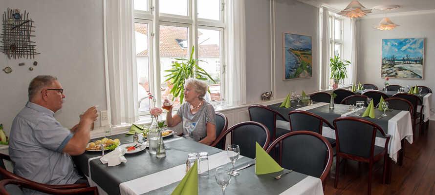 Hier wartet ein traditioneller Kro-Aufenthalt mit einer Menge an Gemütlichkeit und gutem Essen in der schönen maritimen Umgebung der Hafenstadt.