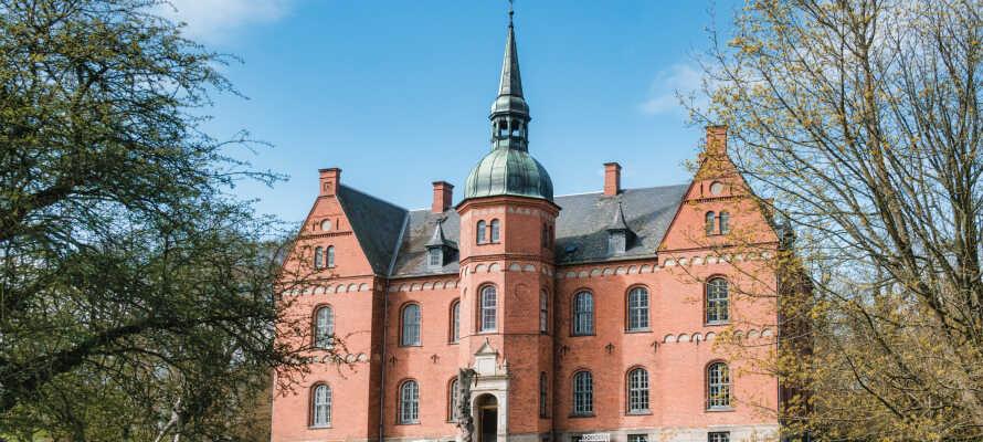 Gör utflykter till lokala museer eller det charmiga slottet i Tranekær