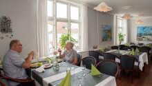 Genießen Sie einen traditionellen Gasthausaufenthalt mit wunderbarem Essen in einladender Stimmung.