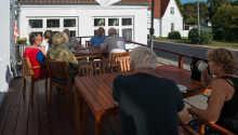 När vädret tillåter kan ni ta en kaffe på terrassen