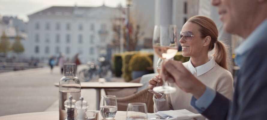 Her har du enten utsikt over vannet eller byen, og du kan slappe av med et glass vin i stilige omgivelser.