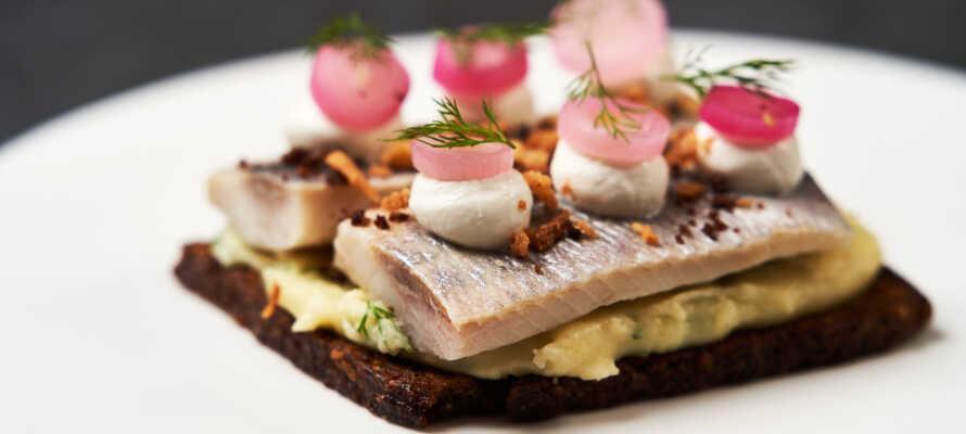 Spis evt. en god frokost på SALT café, der b.la. serverer klassisk dansk smørrebrød med et innovativt SALT twist.