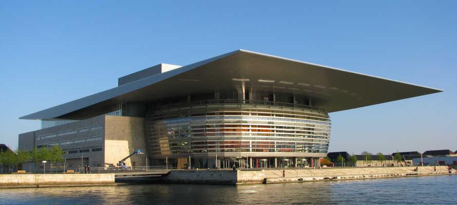 Amalienborg er en af de nærmeste naboer, og det nye Operahus ligger lige ovre på den anden side af kanalen.