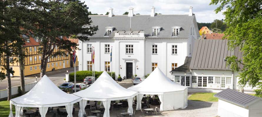 Hotellet har en god beliggenhed i Bandholm på det nordlige Lolland og kun få hundrede meter fra vandet.
