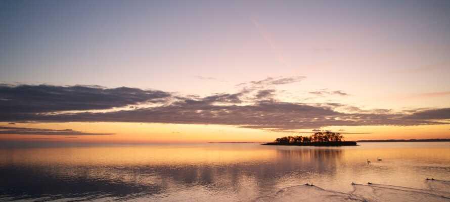 Få hundrede meter fra hotellet ligger stranden, hvor I kan gå en romantisk aftentur og se solen gå ned.
