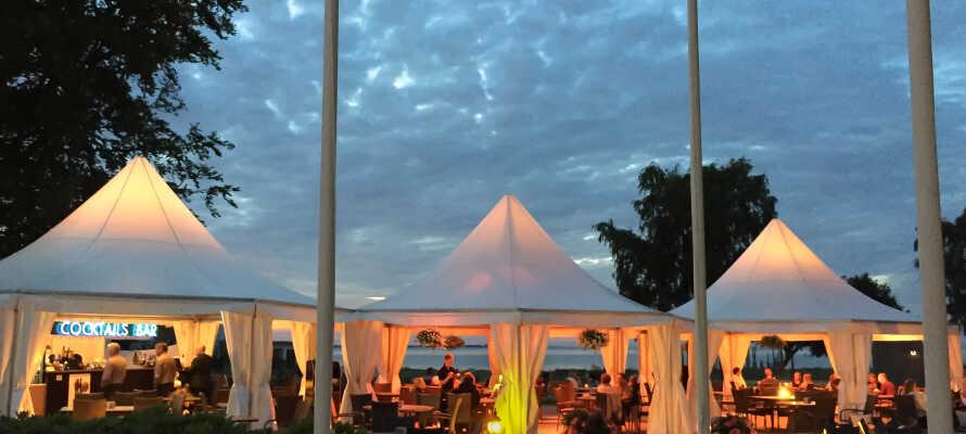 Hotellets stora terrass bjuder på en fin utsikt och är en naturlig samlingspunkt för hotellets gäster under sommarhalvåret